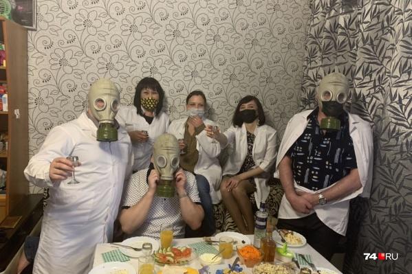 Медицинские халаты, маски и противогазы вместо праздничных колпачков. Кажется, коронавирусные вечеринки могут войти в моду