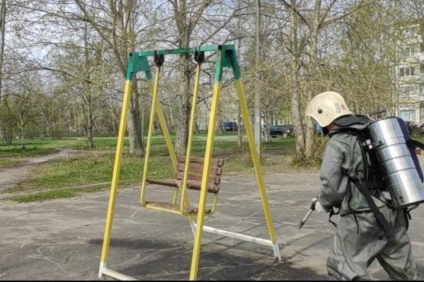 Сотрудники МЧС начали проводить дезинфекцию детских площадок еще вчера