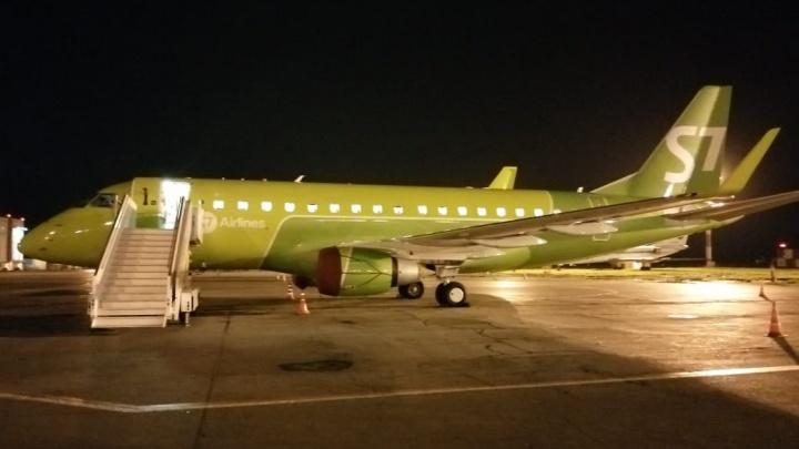 Матерился и бил по иллюминатору: летевший в Новосибирск пассажир устроил дебош в самолете