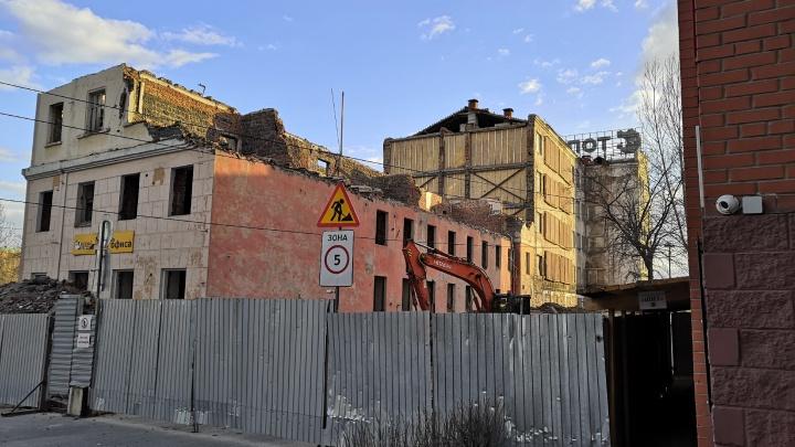 Здание бывшего Облпотребсоюза в центре Омска разрушили до уровня второго этажа