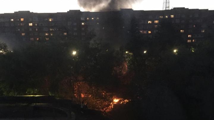 На территории детсада в центре Екатеринбурга вспыхнул пожар: видео