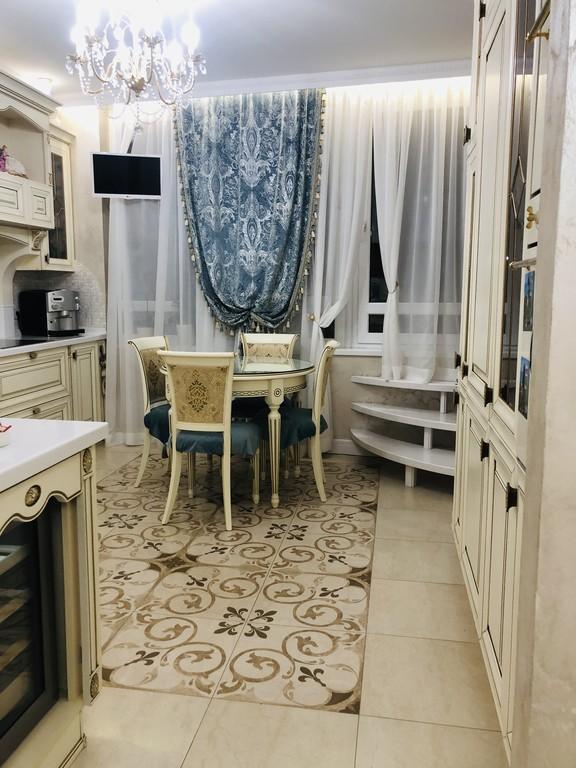 В кухне площадью 14 квадратных метров вся мебель итальянская. Столешница и барная стойка изготовлена с применением искусственного камня