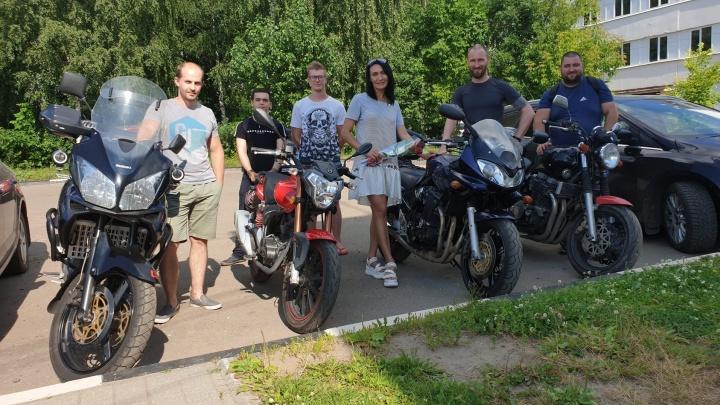 «Отблагодарили нашего героя»: в Ярославле байкеры встретились с девушкой, спасшей от смерти их друга