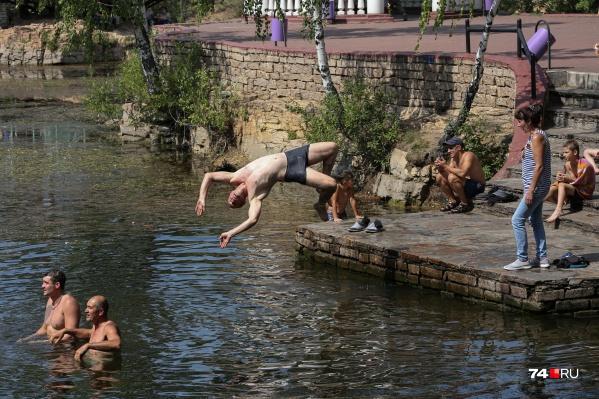 Десантники иногда кажутся бессмертными — нырять вот так, с головой в карьер, в парке Гагарина не каждый осмелится