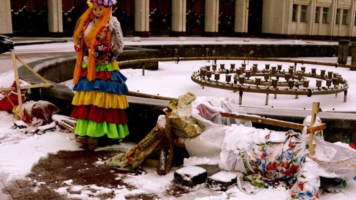 «Выстояли единицы»: в Ярославле ветер повалил масленичных кукол
