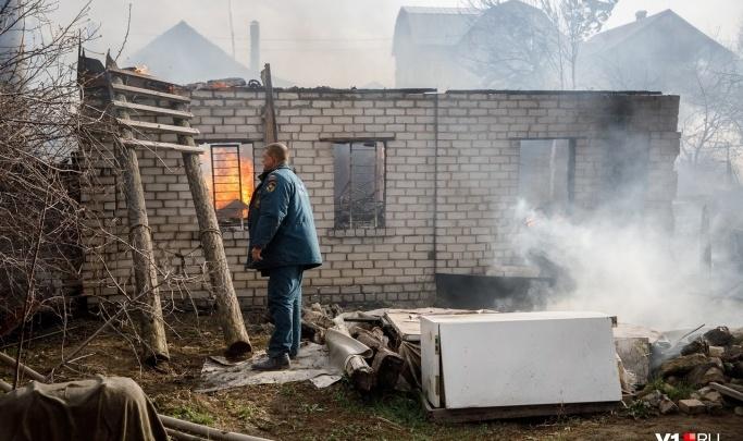 Под Волгоградом тушат крупный пожар в дачном обществе