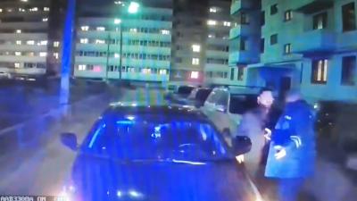 «Освободи дорогу!»: в Ярославле автомобиль заблокировал выезд для скорой с больным ребенком. Видео