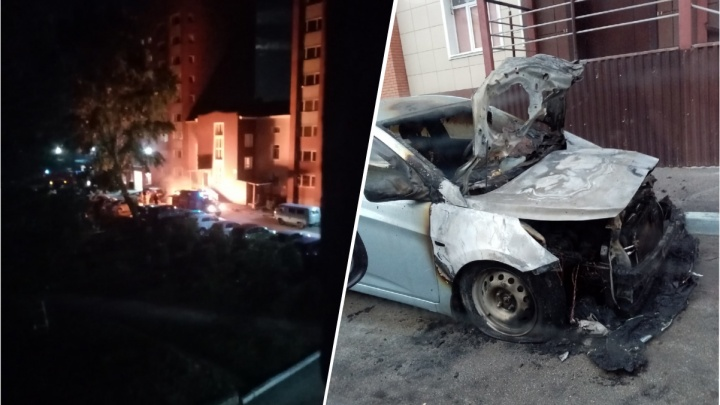 В ночном пожаре в центре Бердска сгорел Hyundai Solaris