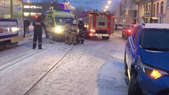 «Снесла пешеходов, забор и врезалась в трамвай»: в Екатеринбурге Toyota вылетела на остановку