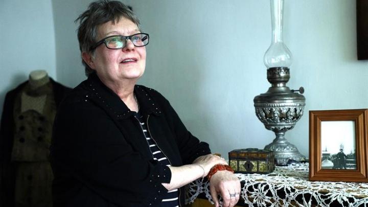 «Сама скоро экспонатом стану»: красноярка 45 лет работает хранителем музея Сурикова