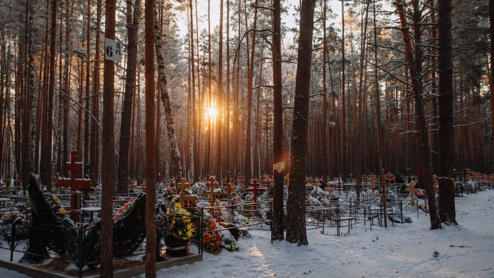 Земля для коронавирусных закончилась. Как выглядит тюменское кладбище, где хоронят людей с COVID-19
