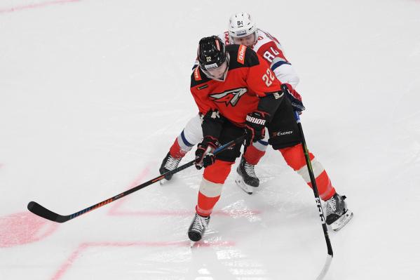 Вилле Покка умеет не только блокировать броски, но и оттеснять чужих хоккеистов от шайбы