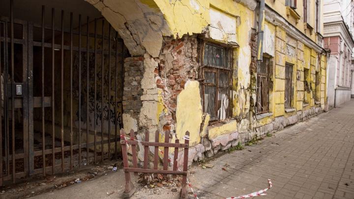 «Зато живем в центре»: что происходит внутри старинного дома, который каждый день разваливается