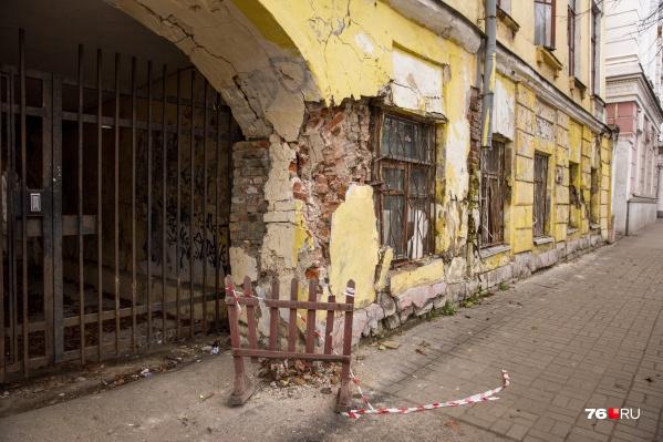 Дом на улице Советской, 15 выглядит пугающе. Как вам ограждение?