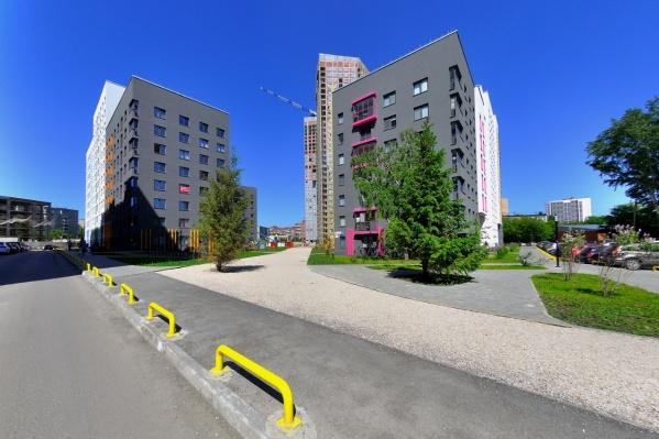 Горожане беспокоятся из-за того, что их большой жилой комплекс с улицами Екатеринбурга связывает один въезд