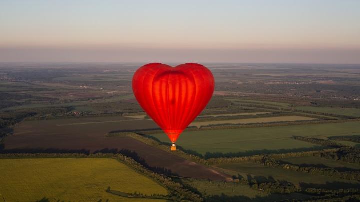 Воздушный шар в виде сердца пролетел над Самарской областью. Любуемся фото