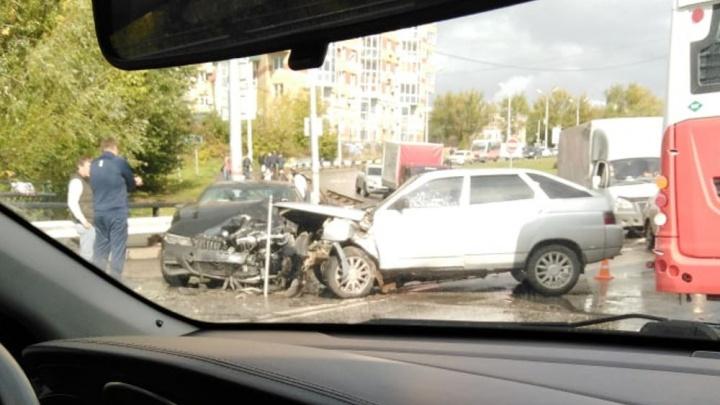 В Перми на Средней дамбе произошла авария: одного из водителей увезли в больницу