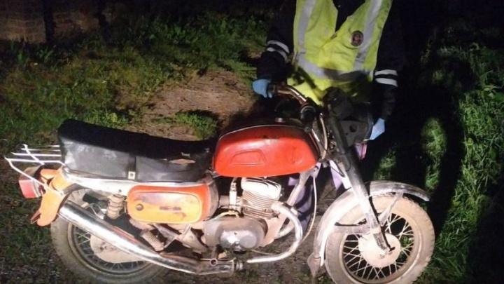 Подросток перевернулся на кустарном мотоцикле, его друга увезли в больницу с тяжелыми травмами