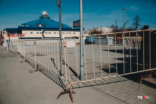 В Тюмени закрыты все бульвары, парки и развлекательные заведения. Детские и спортивные площадки перемотаны заградительными лентами