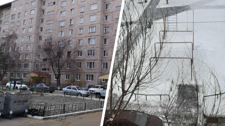 В Тюмени дворники засыпали солью каток, который жители многоэтажки залили около дома