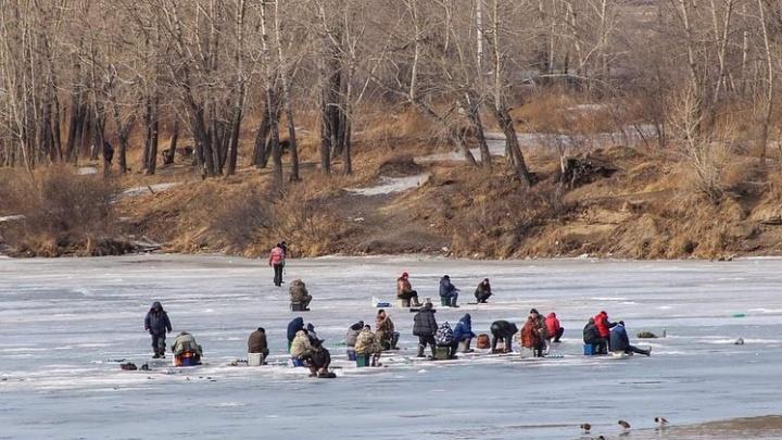 Два человека застряли на берегу водохранилища из-за образования полыньи