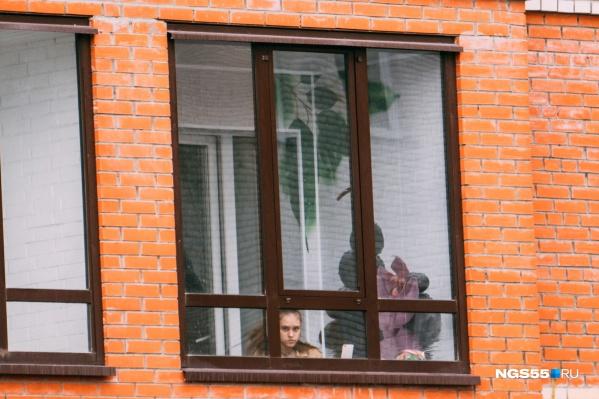 Многие омичи всё ещё вынуждены безвылазно сидеть дома из-за пандемии. Но их становится меньше с каждым днём: многих снимают с карантина