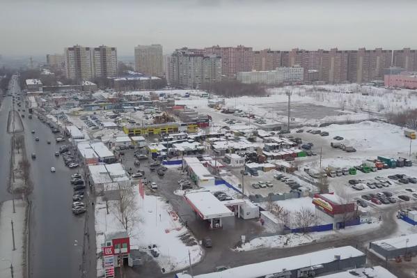 Водопроводная линия, из-за которой начались судебные разбирательства, находится между улицами Булкина и Карбышева под автомобильным рынком на Антонова-Овсеенко, который принадлежит Алексею Шаповалову