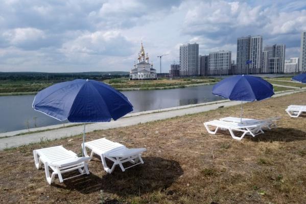 На берегу расставили 50 шезлонгов и 25 зонтиков