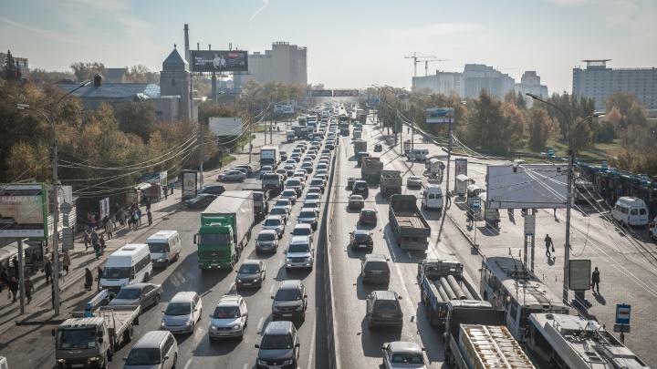 Пробка с 7 утра: новосибирские водители попали в утренние заторы на площади Труда и Большевистской