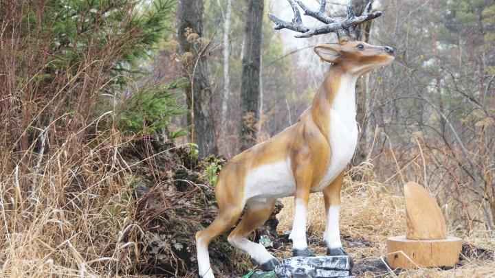 В красноярском нацпарке установили каменные скульптуры зверей