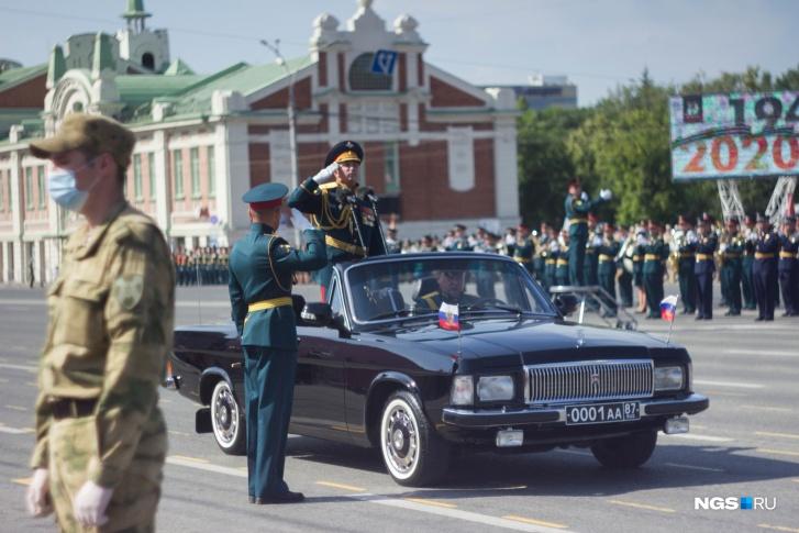 Командующий парадом объехал строй парадных расчетов и поздравил военнослужащих с 75-й годовщиной Победы. В ответ ему звучало дружное и слаженное «Ура»