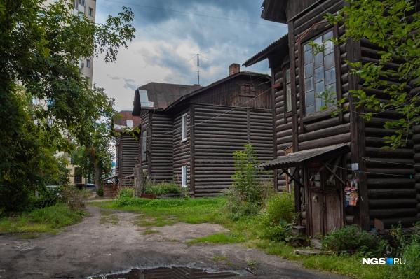 Два барака на улице Нарымской — самые старые. В них, как рассказывали местные жители, до последнего дня было печное отопление
