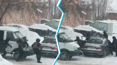 Силовики в масках вытащили из машины человека: на видео попал фрагмент задержания в Новосибирске