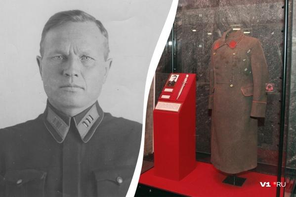 Шинель генерал-майора Василия Глазкова хранится за бронестеклом в музее-панораме «Сталинградская битва»