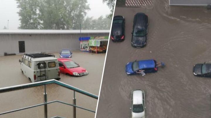 Сильный ливень в Новосибирске: на Первомайке в лужах плавают дети — заплыв сняли на видео