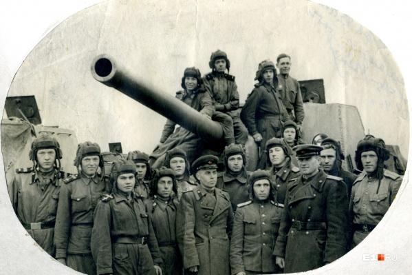 Танкисты на фоне ИСУ-122, Алексей Скоморохов — пятый слева в нижнем ряду