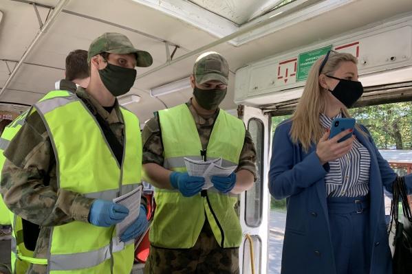 Члены ДНД проверяют наличие масок у пассажиров