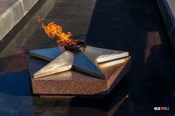 Подвиг воевавших солдат уже увековечен Вечным огнем, который установлен на площади Славы