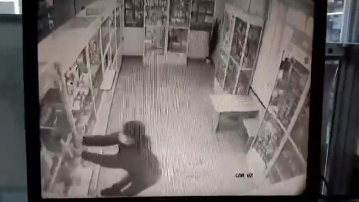 Полиция задержала челябинца, в маске и с топором напавшего на аптеку