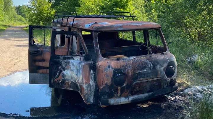 В Ярославле дотла выгорел УАЗ. На автомобиле не осталось живого места
