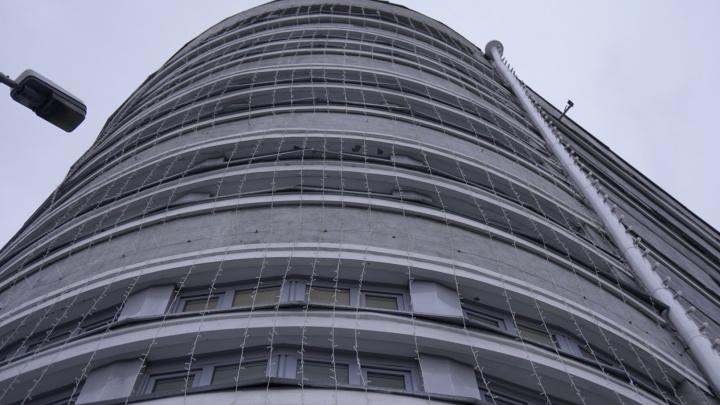Здание областного правительства в Новосибирске украсили праздничными гирляндами