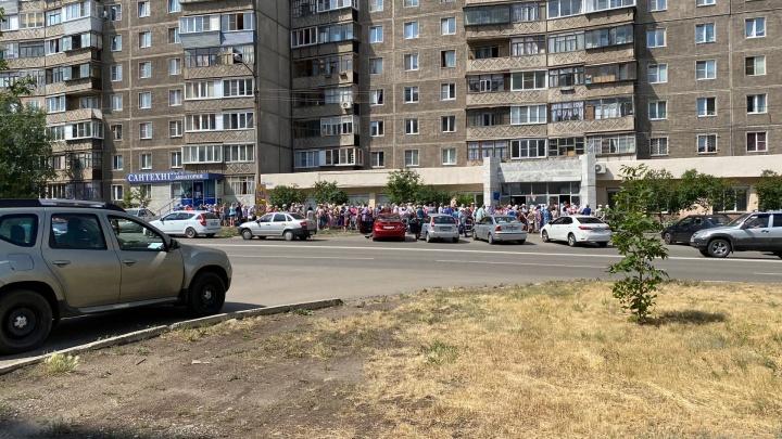 «Собрали пенсионеров в такую жару»: к соцзащите за продуктовыми наборами выстроилась гигантская очередь
