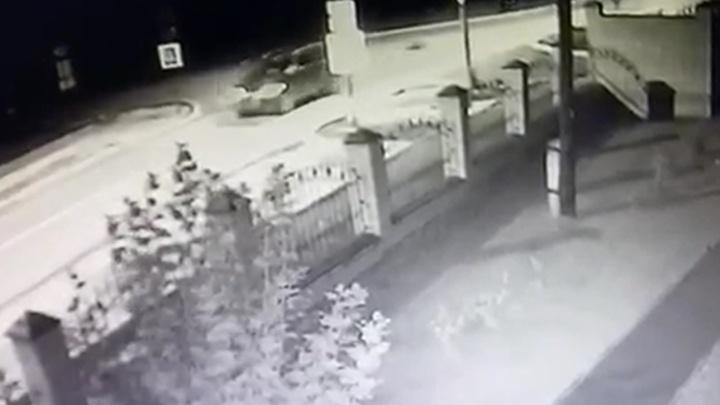 Момент ДТП на Урале, где пьяный водитель Volkswagen сбил 15-летнюю девочку, попал на видео