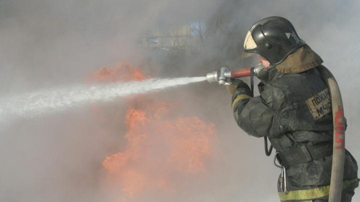 В Новосибирской области во дворе частного дома сгорели две машины