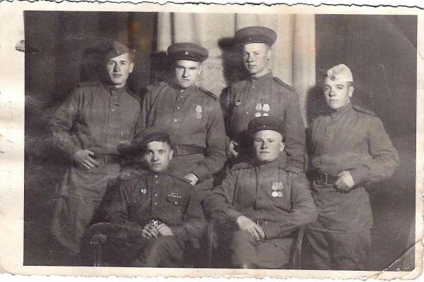 Михаил Романов — в первом ряду справа с товарищами в Австрии