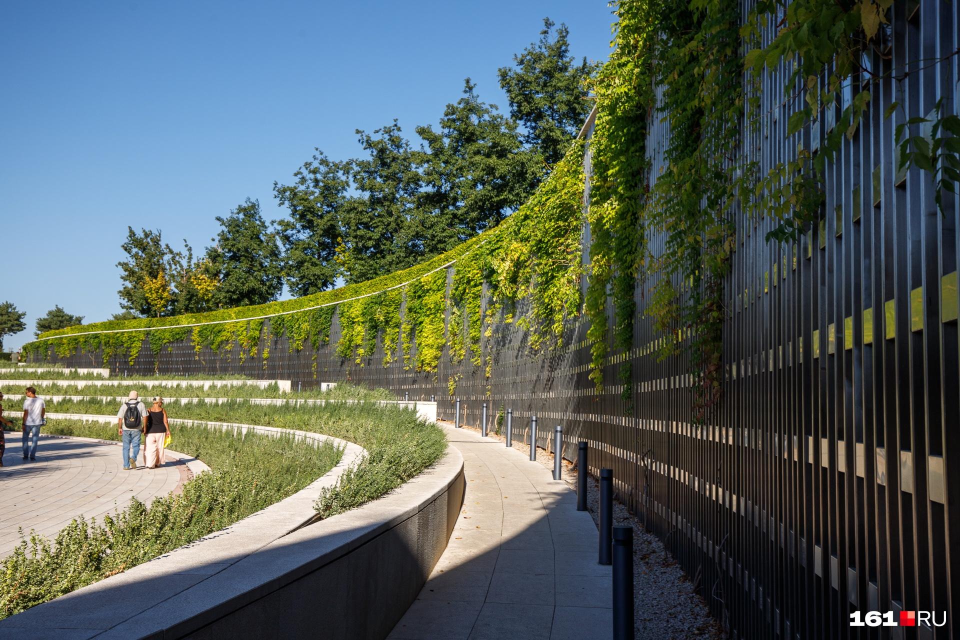 Стены искусственных возвышенностей в парке «зеленые». Из-за этого не создается впечатление, что ты бродишь среди каменных джунглей<br>