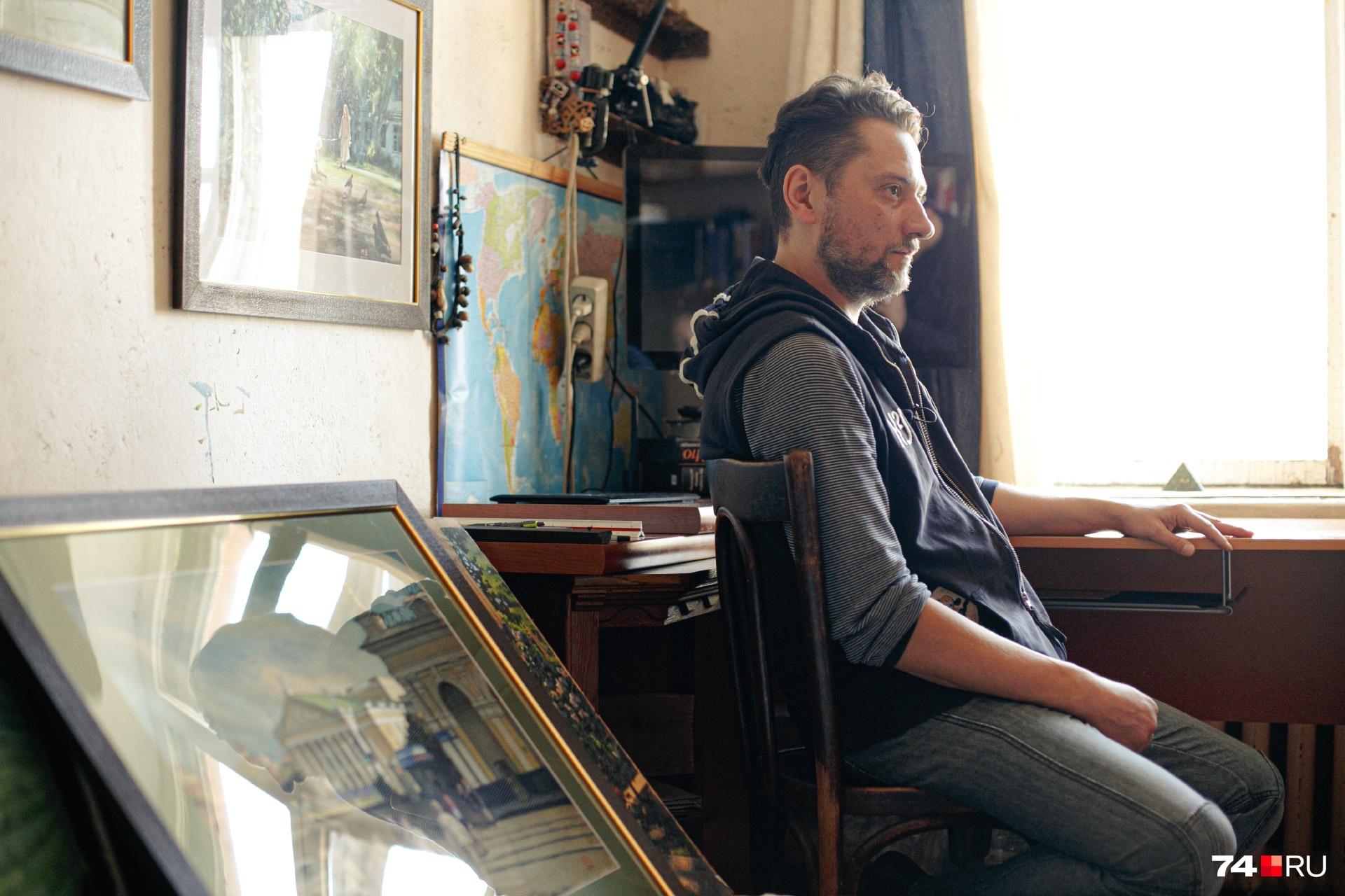 Михаил рисует дома: садится за стол, включает фоновую музыку, берёт в руки карандаш или кисточку и приступает