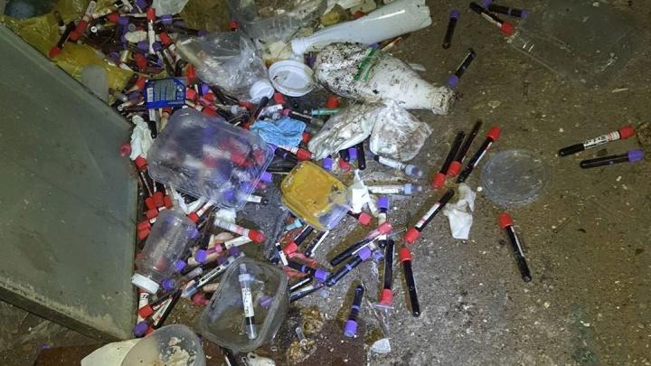 Общественники в Уфе нашли гараж с опасными медицинскими отходами, повсюду валялись пробирки с кровью