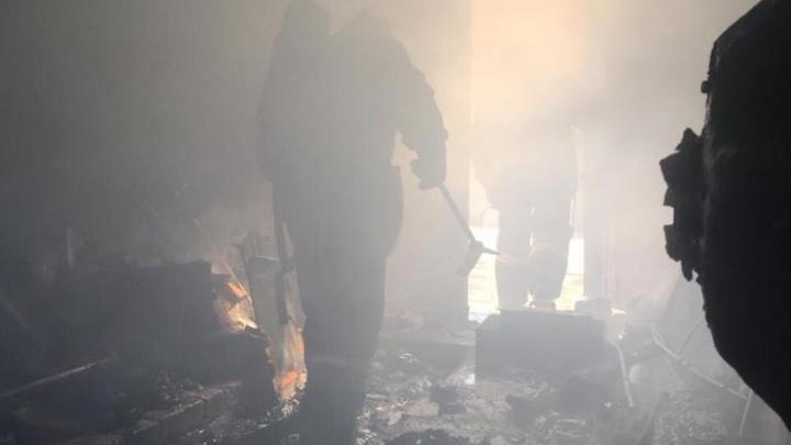 Из-за дыма ничего не было видно: в Волжском тушили загоревшийся частный сектор