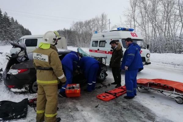 Спасать пассажира иномарки прибыли сотрудники МЧС